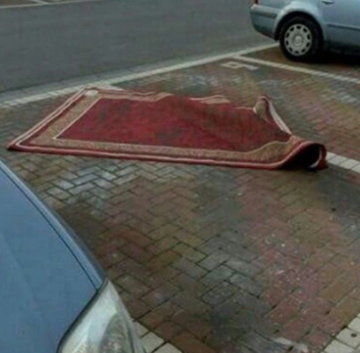 Aladdin Parks Like An Asshole - Funny pictures